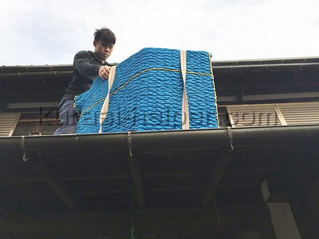リフォームのため家具を2階から吊り下げて搬出