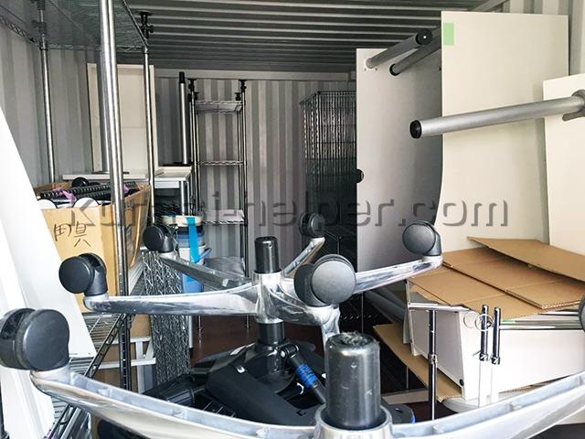 倉庫に保管されていたオフィス家具を運び出します