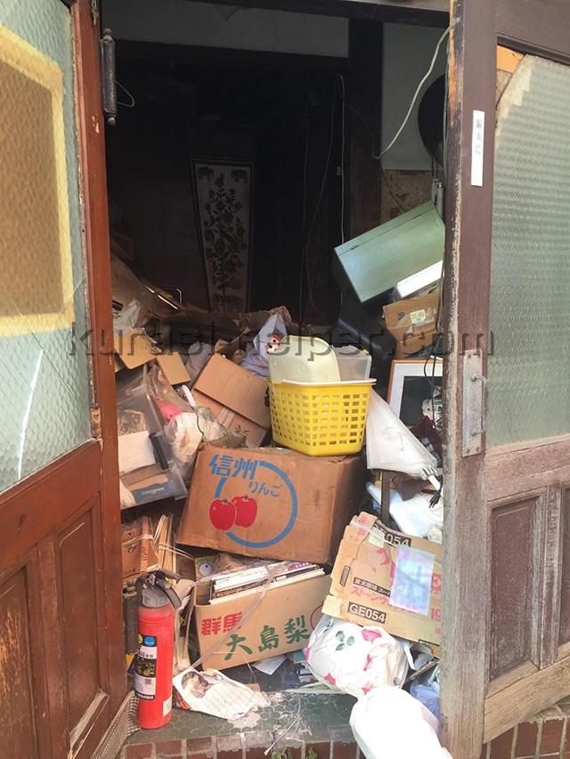 古い民家に残された大量の処分品