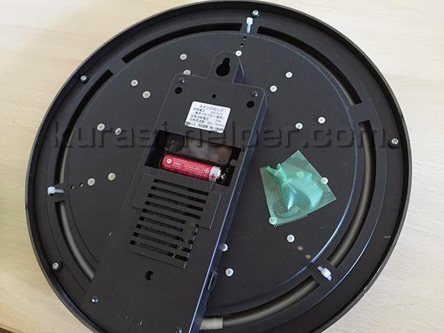 画鋲を養生テープで時計にとめた様子