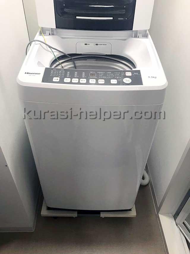 狭いスペースに置かれた洗濯機