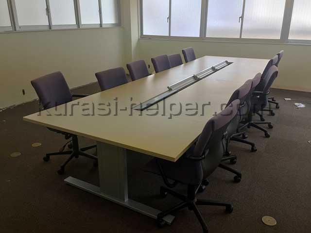 12人掛けの会議用テーブルを運搬