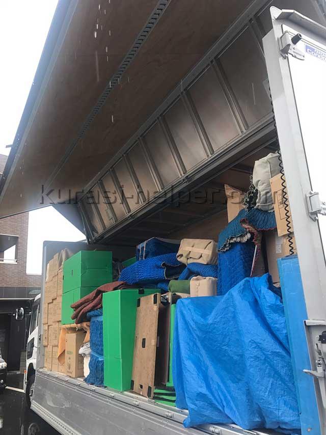 大きなトラックで長距離輸送した引っ越し荷物を軽トラックに積み替え