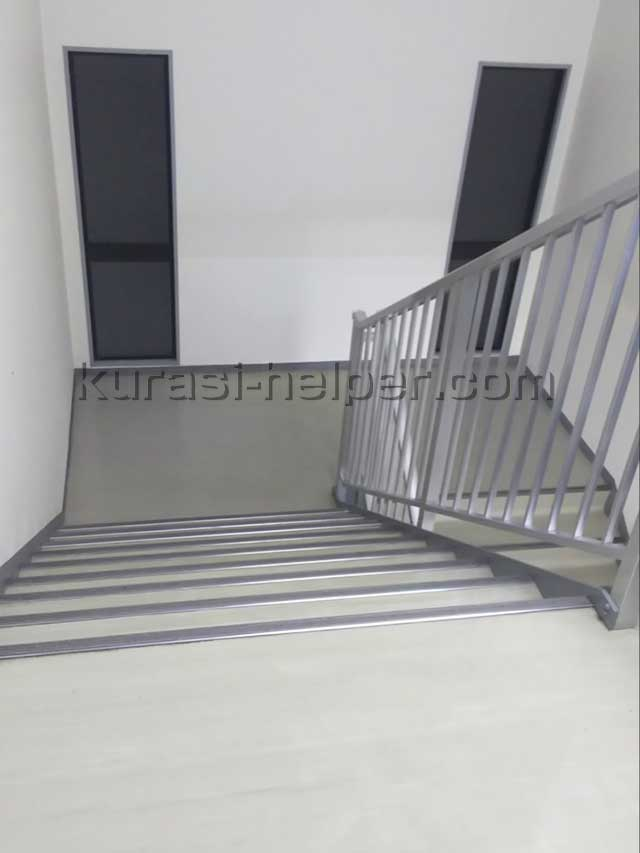 5階からこの階段を通ってコピー機を運搬