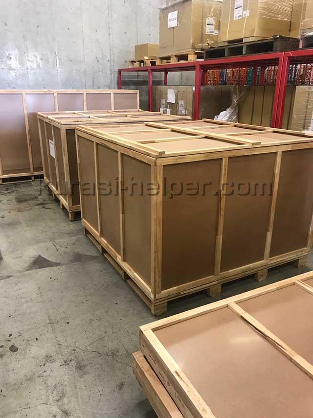 ホテルの備品である家具が入ったたくさんの木箱