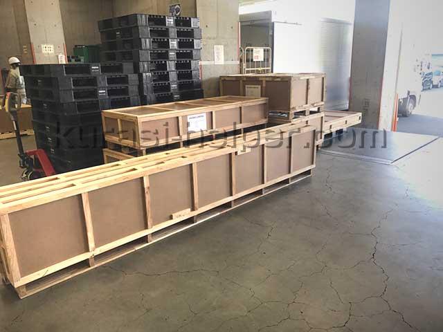 倉庫からリゾートホテルへ向けて木箱ごと家具を運搬