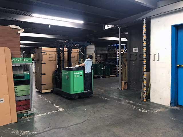荷物が詰まった箱を倉庫に搬入