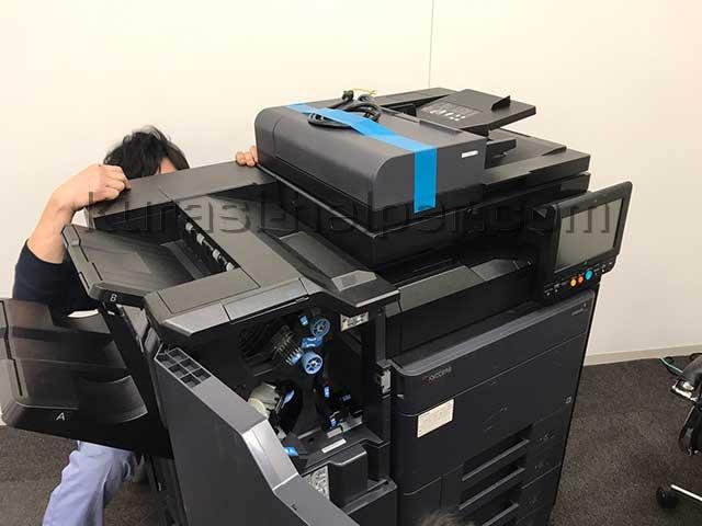 複雑な構造のコピー機を運搬