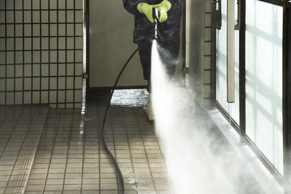 マンションテラスの洗浄作業