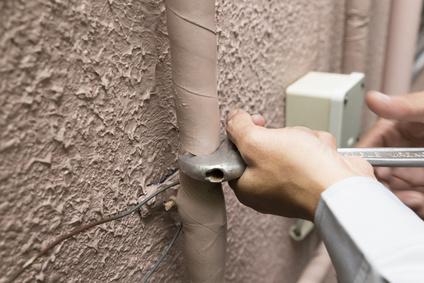 働く人 建物外壁 給排水管 取り替え