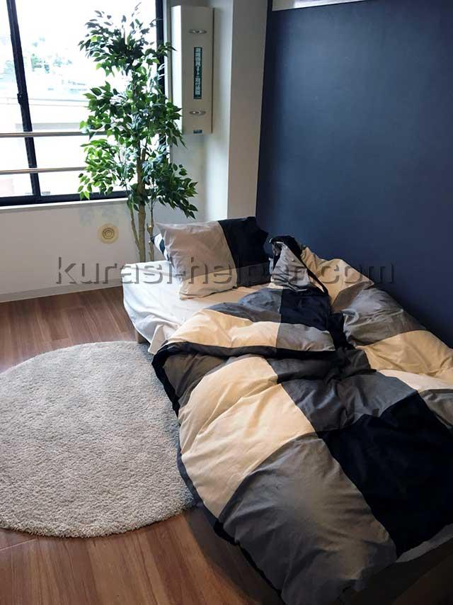 モデルルームのベッドと観葉植物