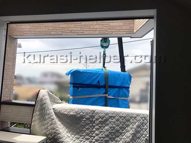 新築一戸建て2階のリビングへ大型家具を吊り作業で搬入