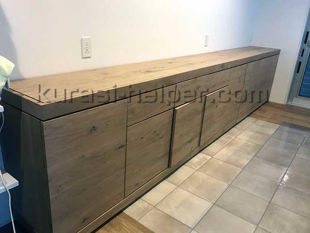 横幅が255cmある食器棚。