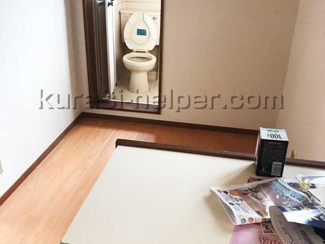 トイレのトラップに水を足し、チラシは捨てる