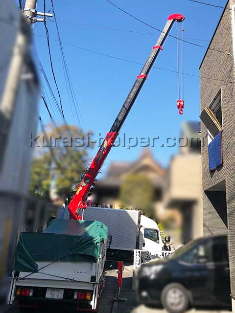 狭い空間でクレーン(ユニック)による吊り作業
